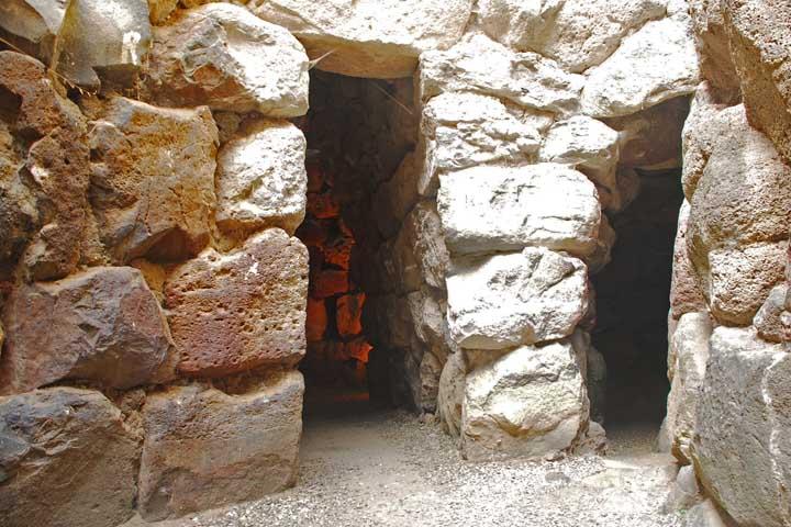 viaggi archeologici al nuraghe di Barumini interno corridoi