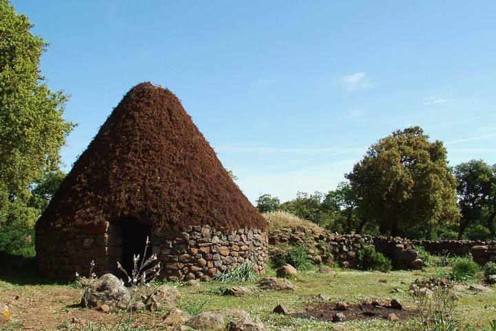 viaggi archeologici al nuraghe di barumini capanna sulla giara
